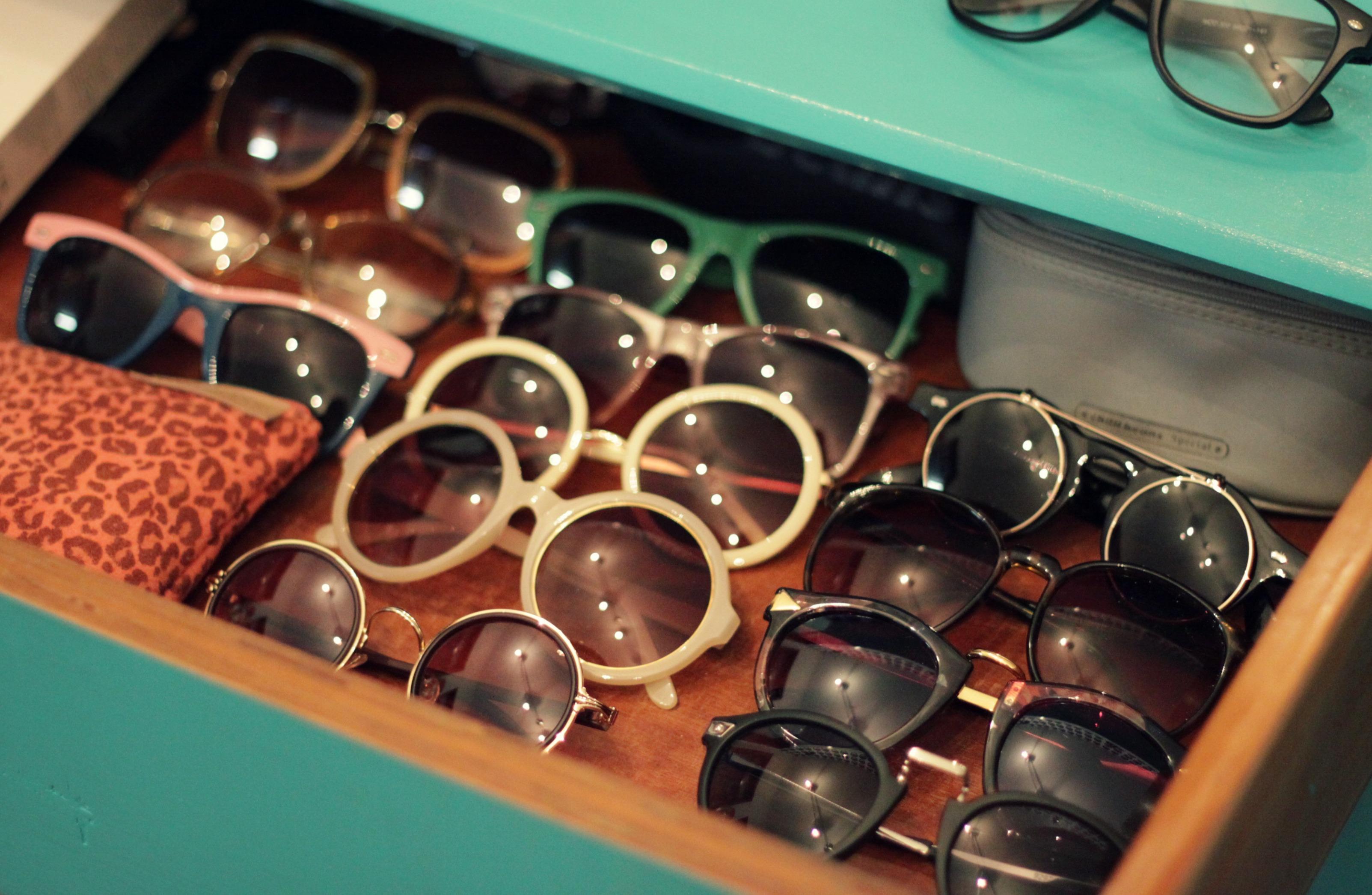 f03089c33c15b Essa é uma parte da minha coleção de óculos! Eu tenho muiiitos modelos e  estou sempre querendo mais. Aí tem modelo que vende na loja do O Pato  Veste, ...